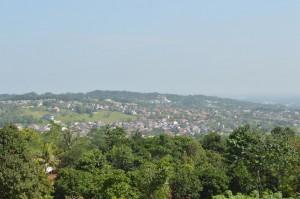 tampak pemandangan kompleks sentul city dilihat dari ruang belajar terbuka