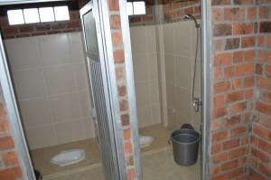 terdapat total 4 kamar mandi+toilet didalam asrama mahasiswa
